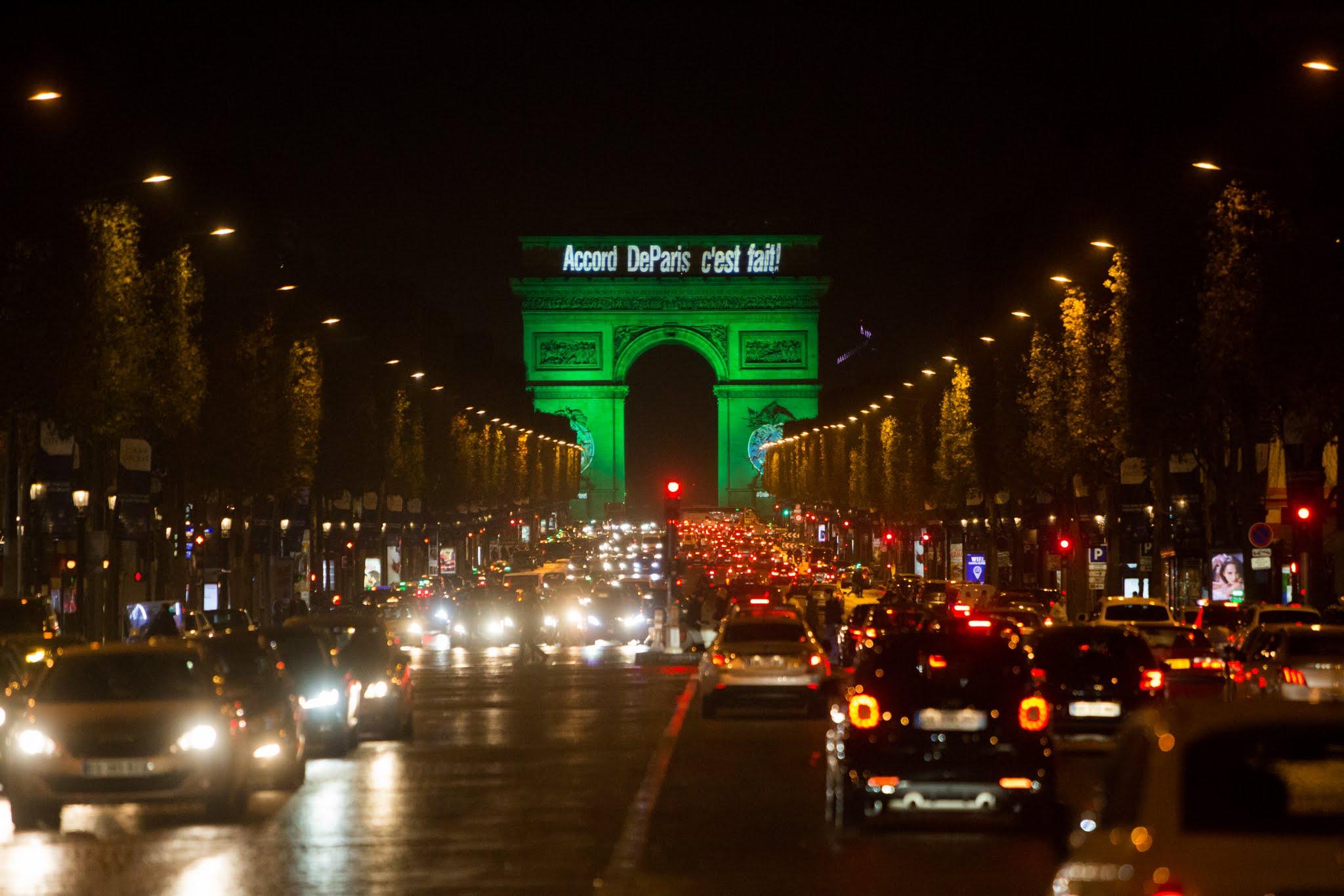 Триумфальная арка в Париже фото ночью