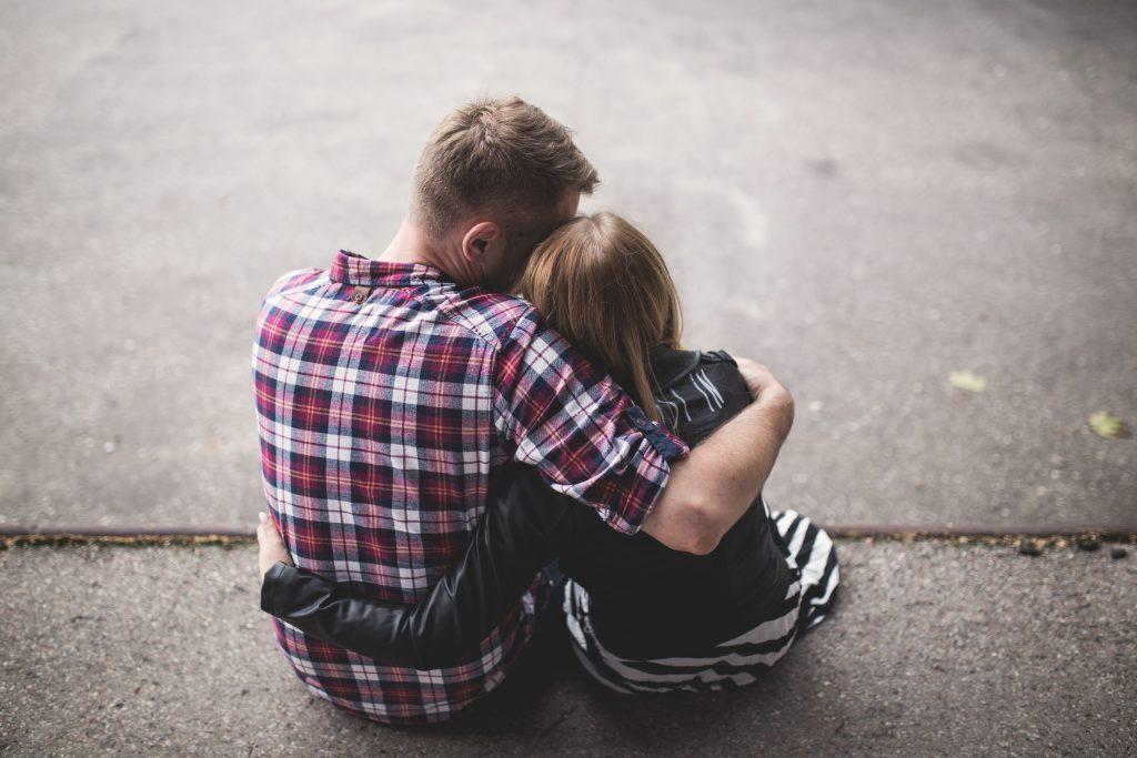 Семейная пара - парень обнимает девушку фото