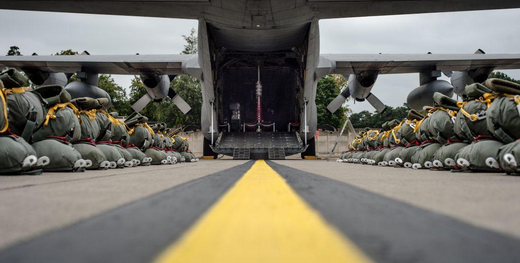Грузовой военный самолет Геркулес во время погрузки