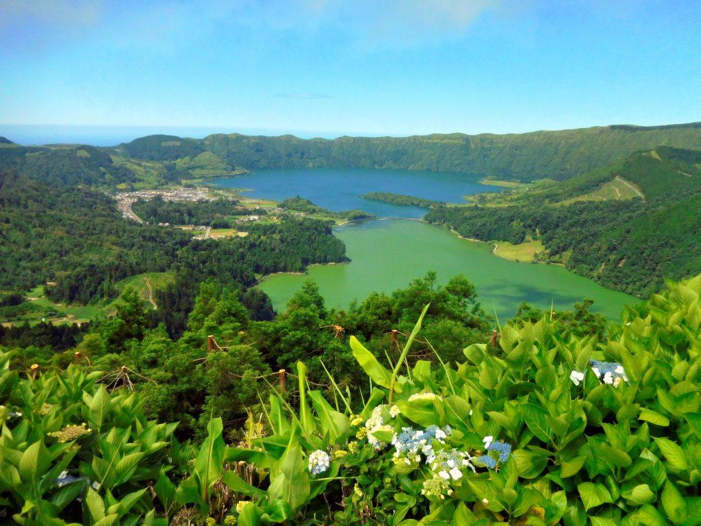 Кратерное озеро Сети-Сидадиш на Азорских островах