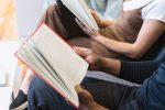 Студенты на учебе читают книгу фото