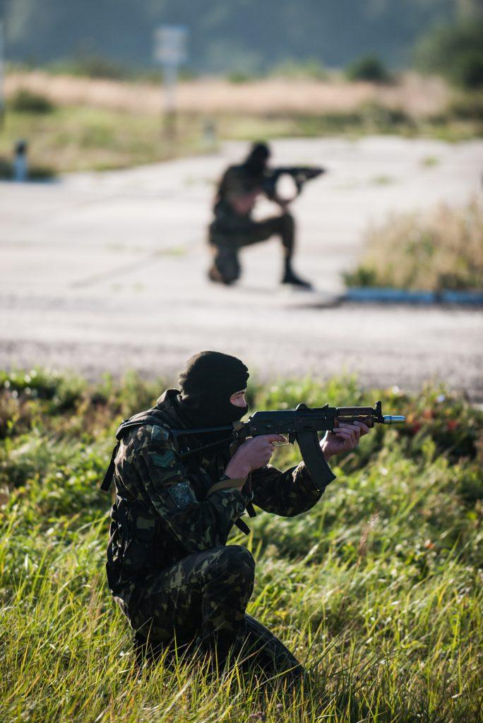 Украинские военные солдаты на полигоне