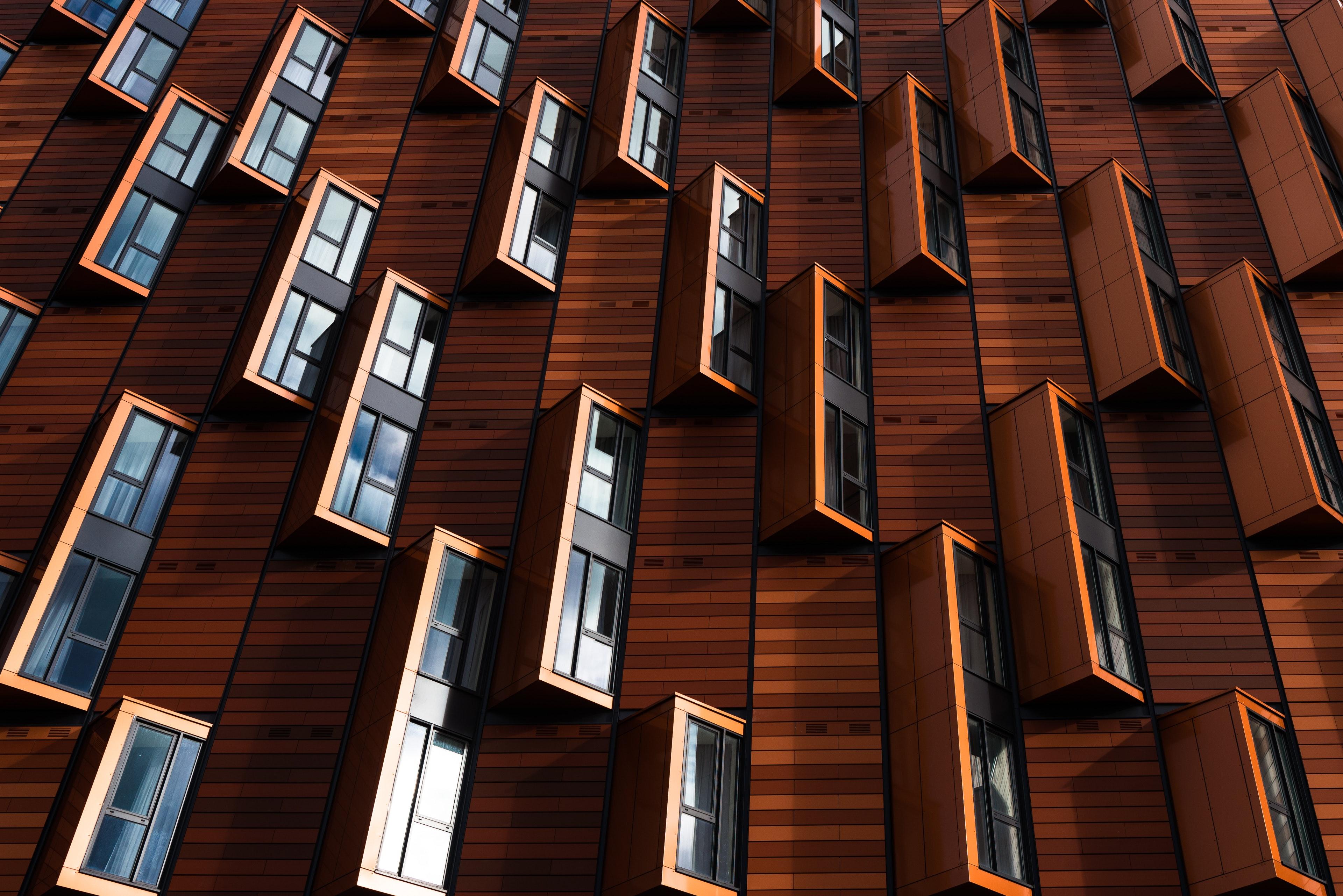 Необычный фасад современного дома с балконами