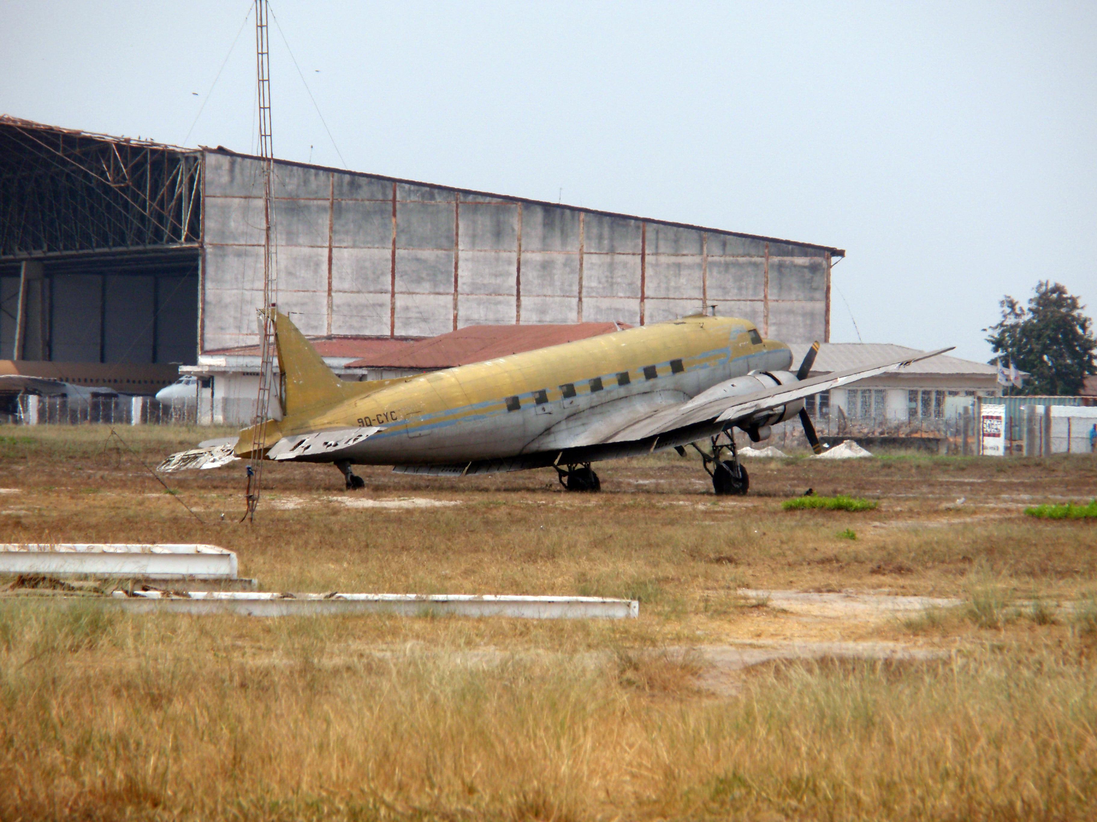 Старый самолет в Африке фото