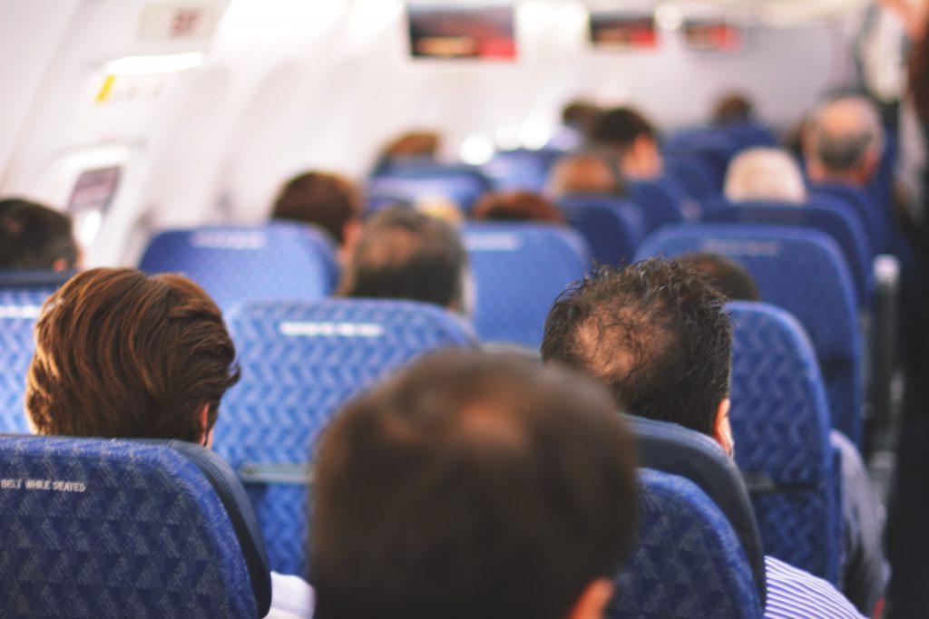 Пассажиры сидят внутри самолета