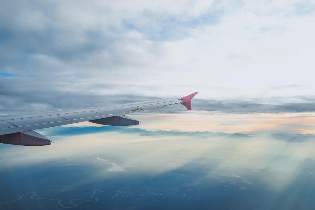 Крыло самолета в воздухе
