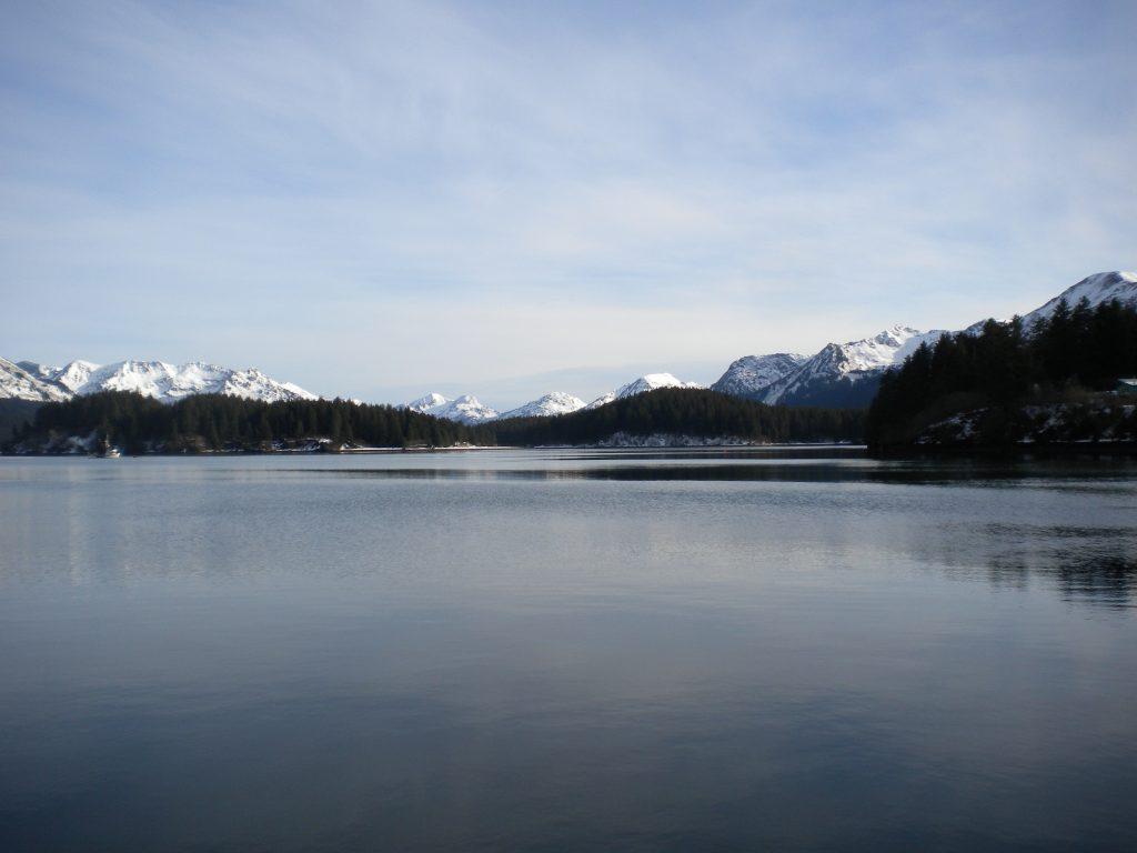Фото озера и снежных вершин гор на Аляске