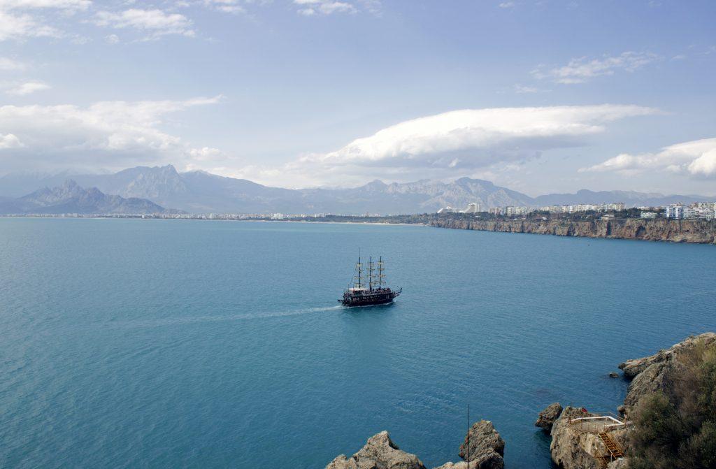 Анталия с коптера с воздуха, панорама побережья Турции