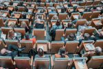 Люди сидят в аудитории на лекции фото