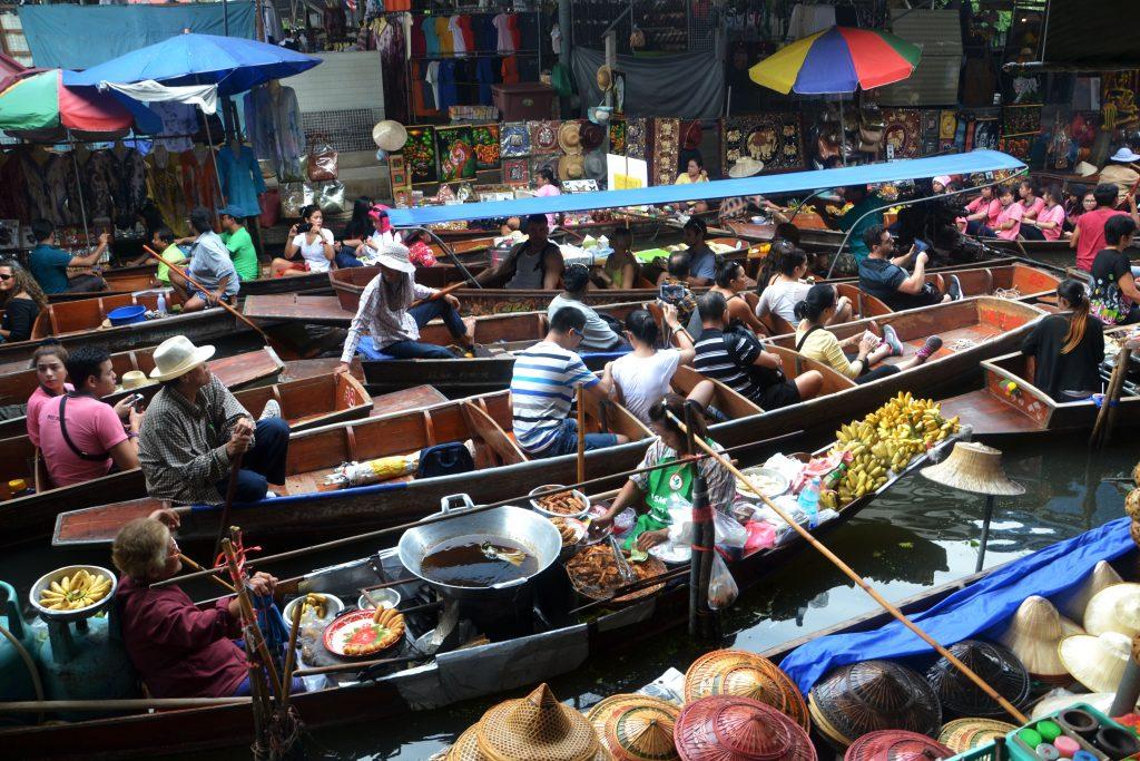 Бангкок плавучий рынок на лодках на реке
