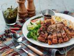 Жаренная запеченная свинина гриль барбекю с овощами