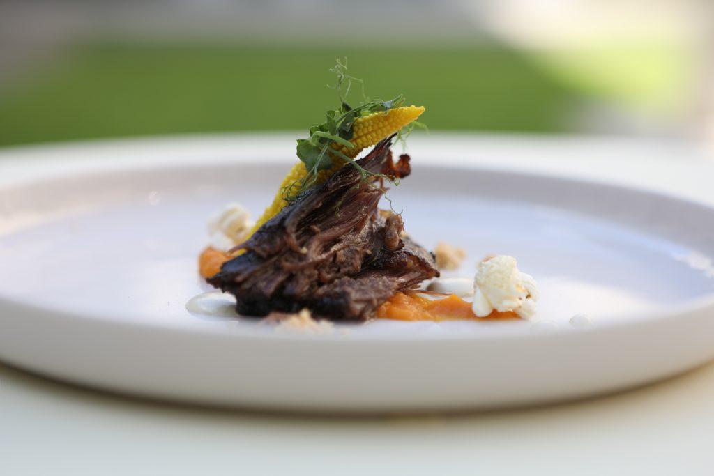 Говядина - ребрышки и картофельное пюре с овощами, блюдо