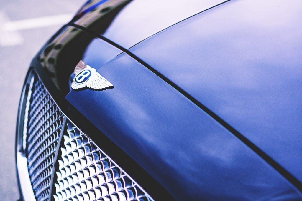 Фото значка бентли на капоте авто