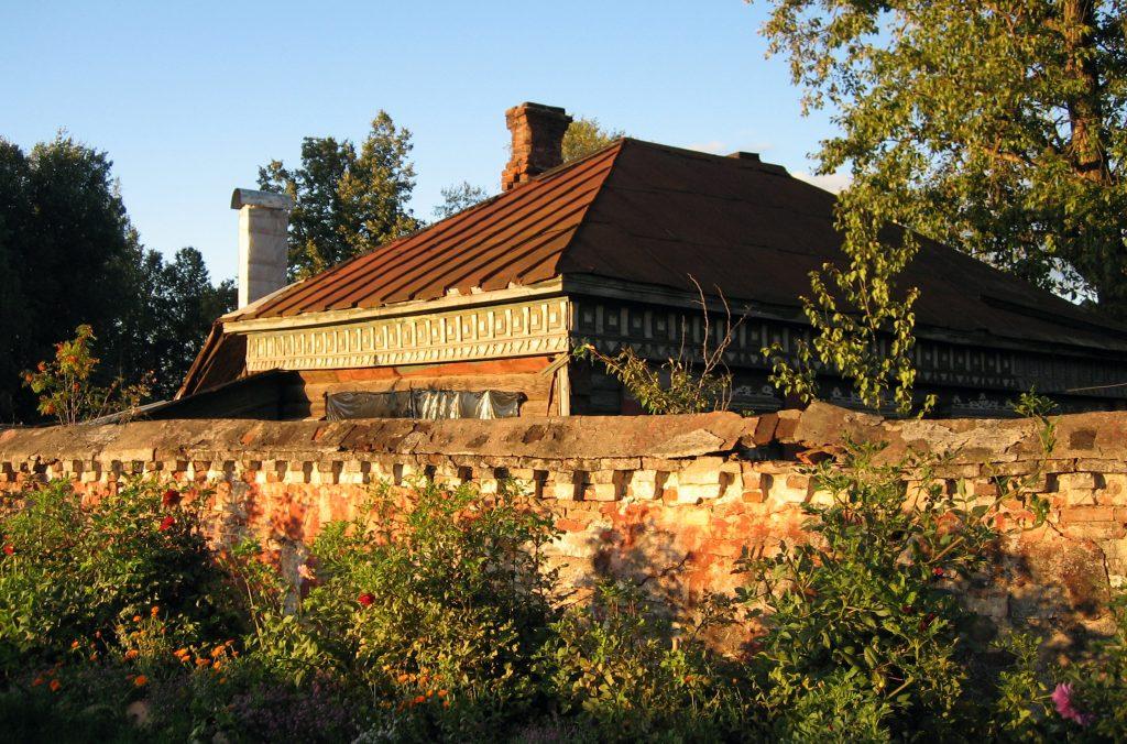 Старый брошенный деревенский дом в России, село Бородино