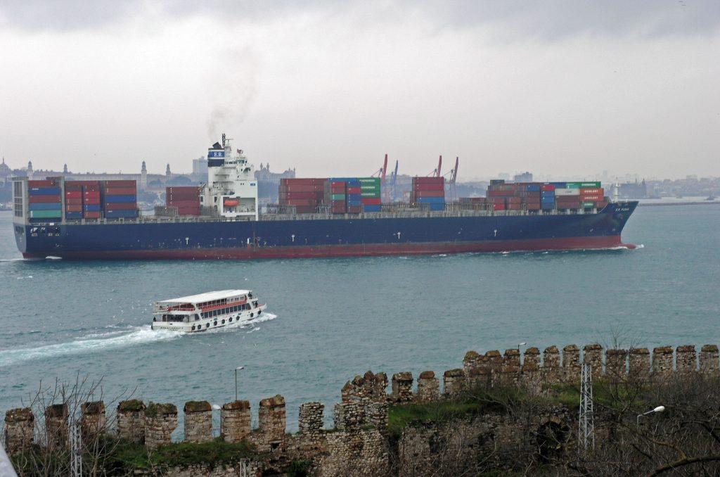 Грузовой танкер в проливе Босфор, Стамбул