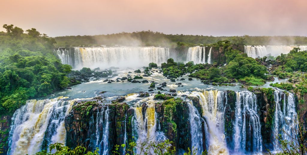 Водопады Игуасу в Бразилии панорама