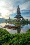 Храм на озере Братан на Бали фото