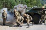 Украинские военные на учениях - бронетранспортер БТР-80