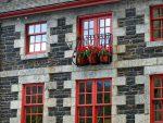 кирпичный фасад старого здания фото