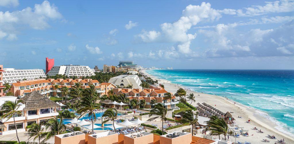 Панорама пляжа курорта Канкун в Мексике