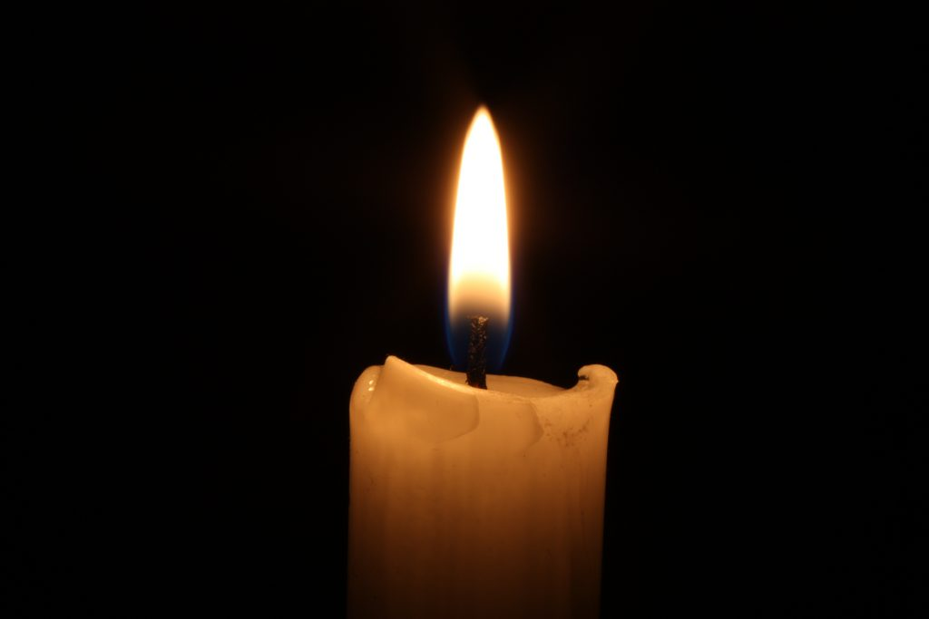 Пламя, огонь от свечи на черном фоне