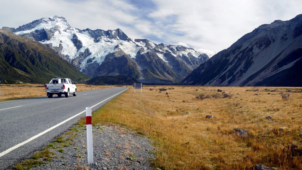 Машина пикап едет по пустой дороге в горах фото