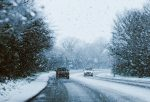 Снегопад на дороге, идет снег