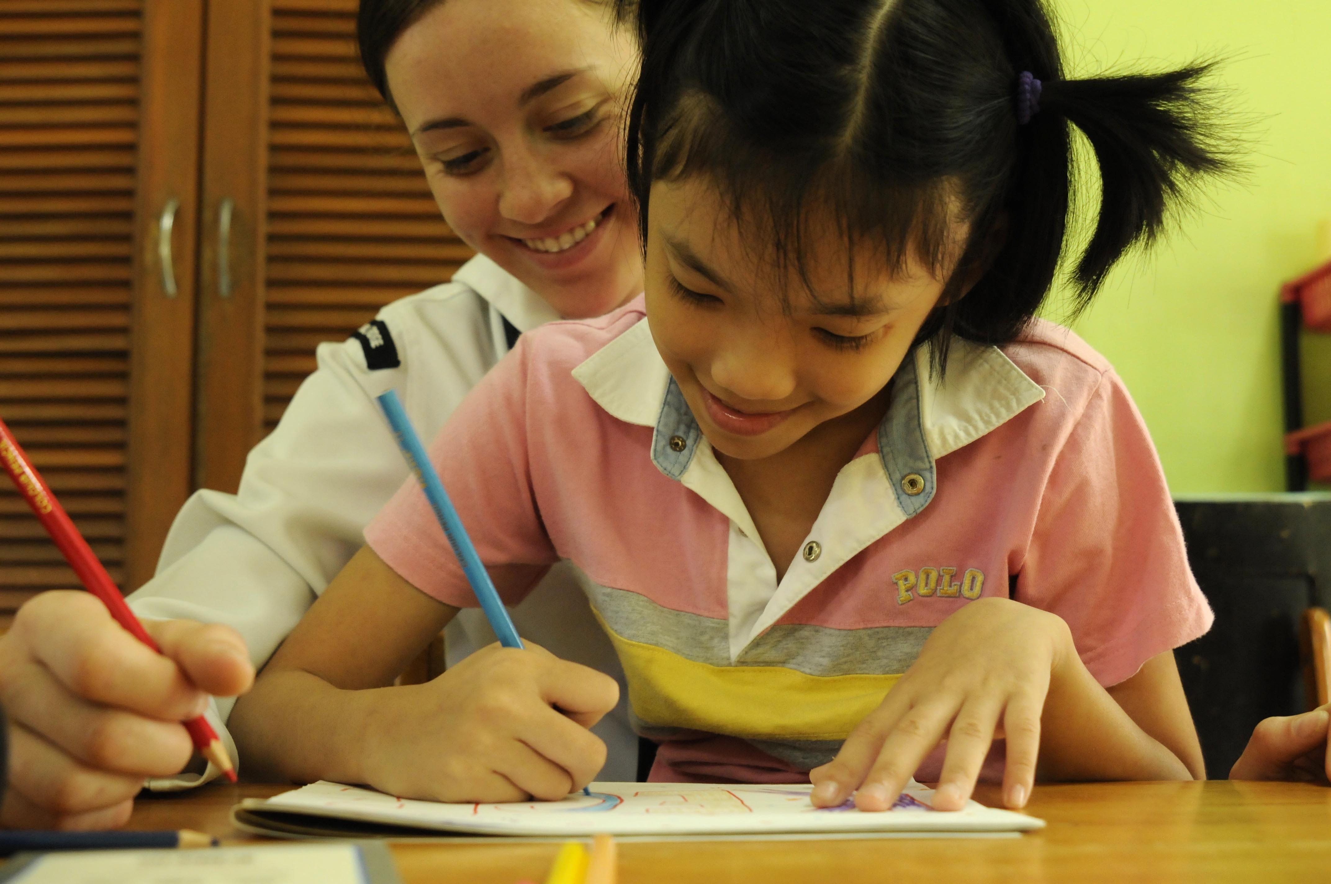 Девочка учится писать и рисовать фото