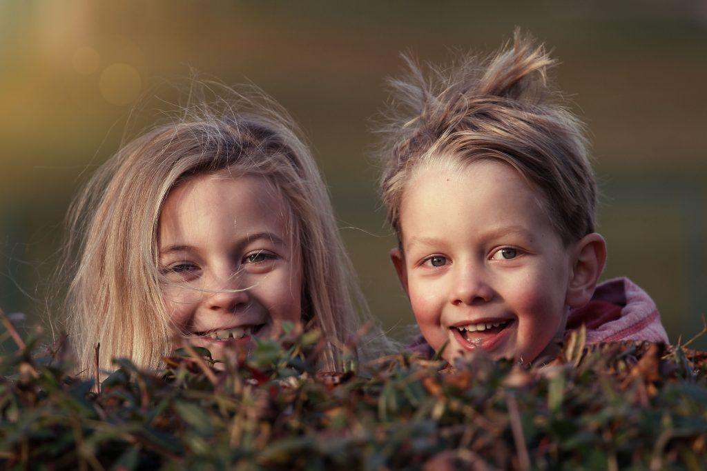 Мальчик и девочка улыбаются фото
