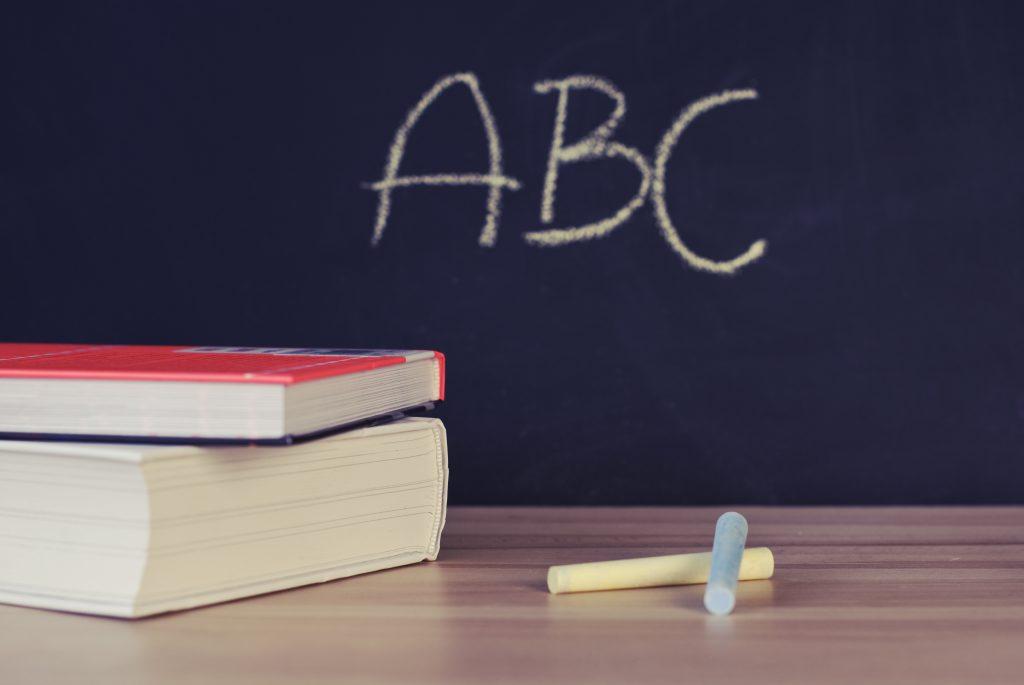 Школьные книги и парта стоковое фото
