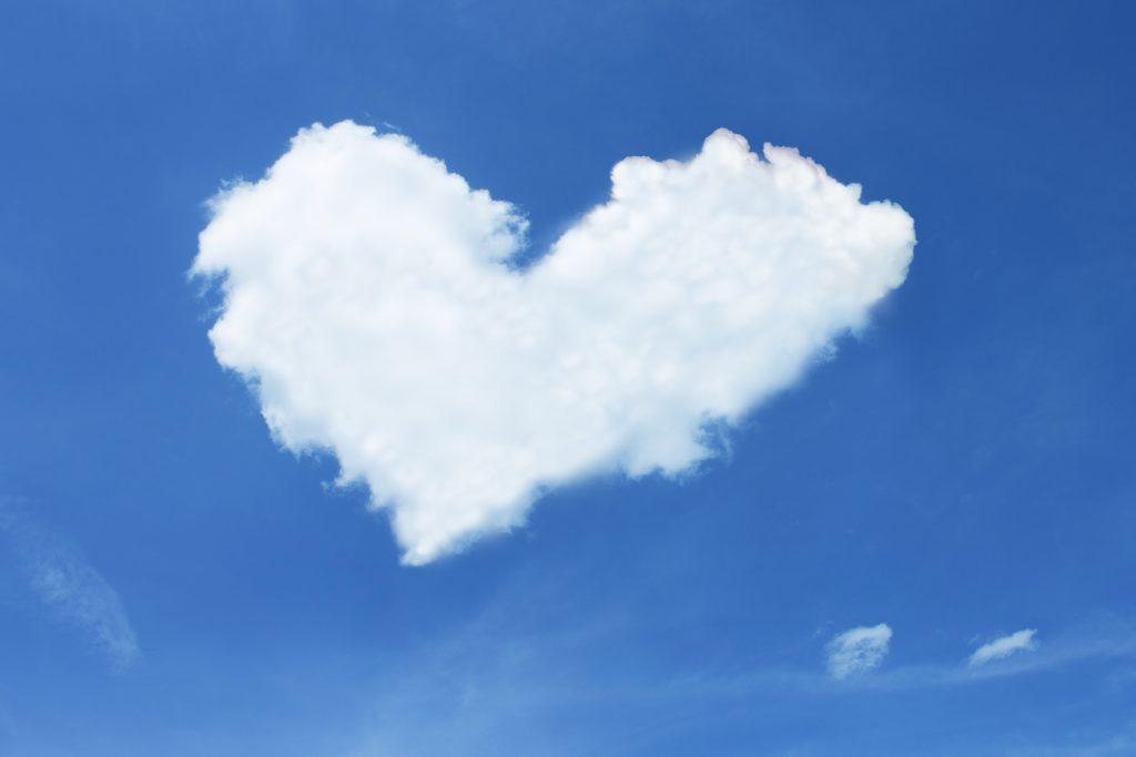 Белое облако туча в форме сердечка, валентинка