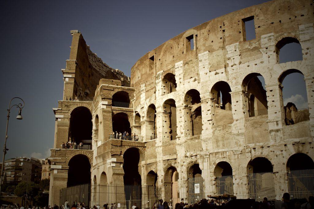 Античный Колизей в Риме - фасад здания.