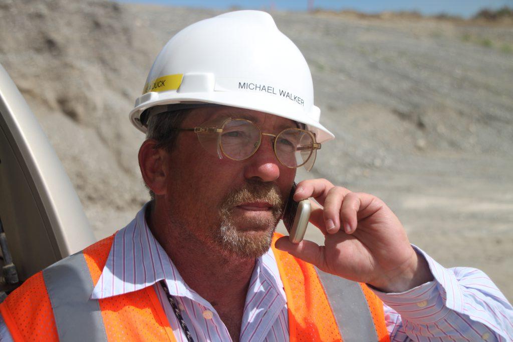Управляющий менеджер на строительной площадке фото