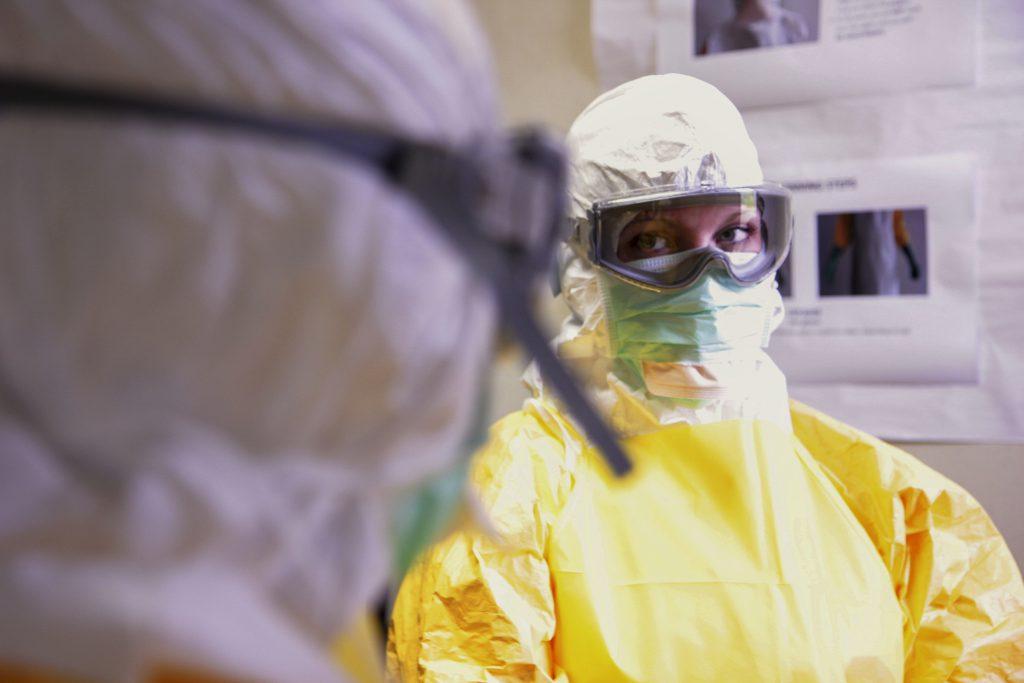 Врачи в защитных костюмах от коронавируса фото
