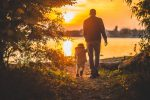 Стоковое фото отца папы, держащего дочку за руку