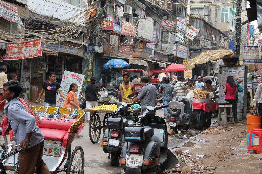 Город Дели - трущобы, рынок на улице
