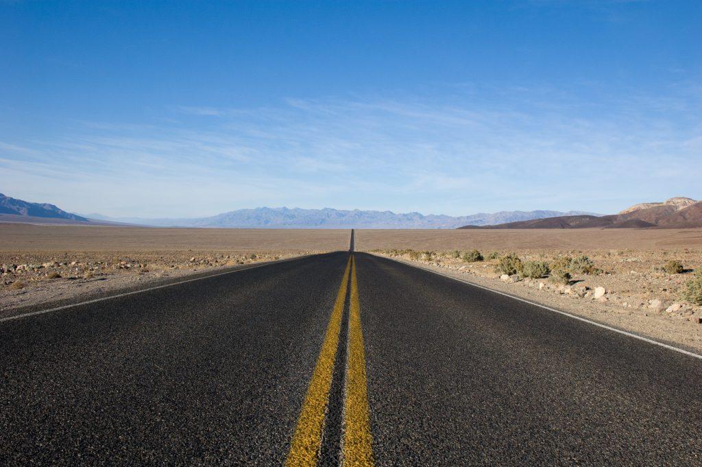 Дорога хайвей через пустыню