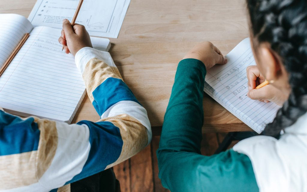 Учеба. Дети учатся в школе, делают уроки на школьных занятиях