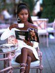 Девушка сидит в кафе пьет кофе стоковое фото
