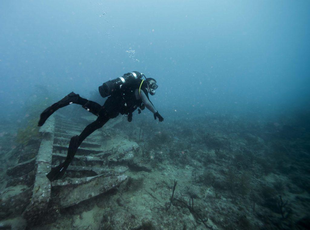 Дайвер плавает под водой