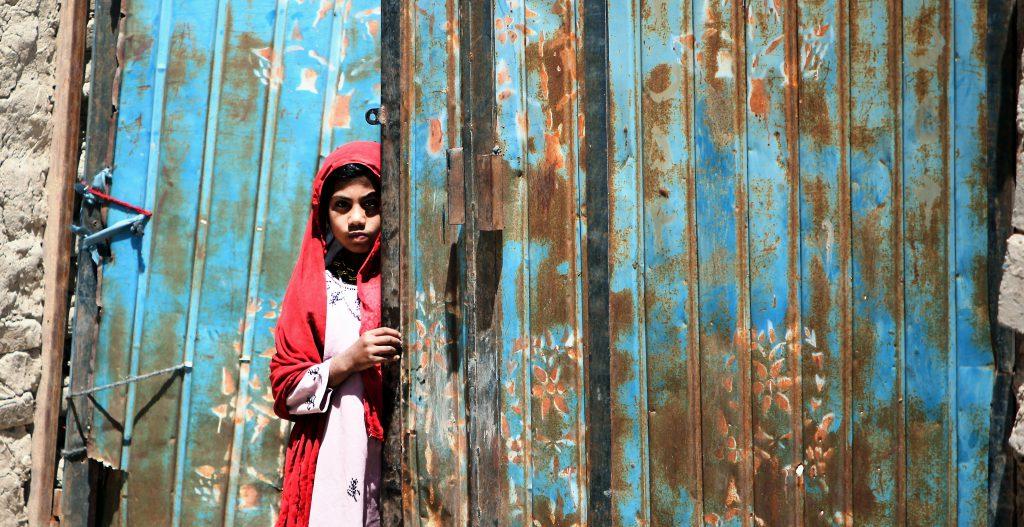 Девочка стоит в дверях
