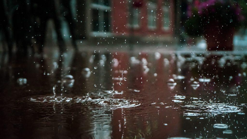 Капли воды на улице, идет дождь