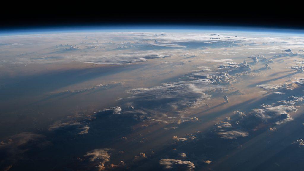 Восход над землей - земля вид с орбиты с космоса