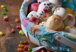 Пасхальные яйца в корзине - празднование Пасхи
