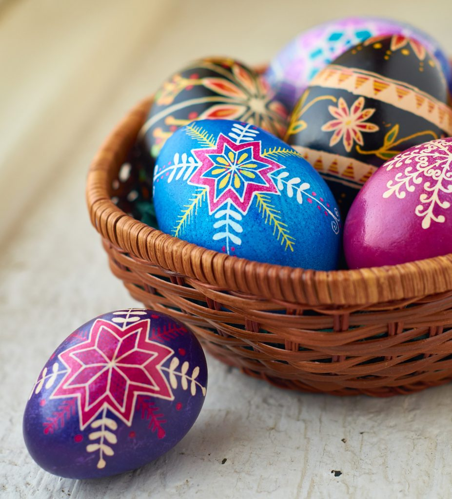 Плетенная корзинка и пасхальные яйца - празднование пасхи