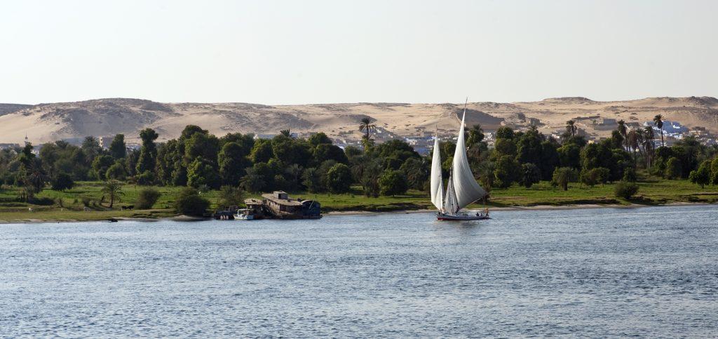 Река Нил в Египте. Парусник на реке