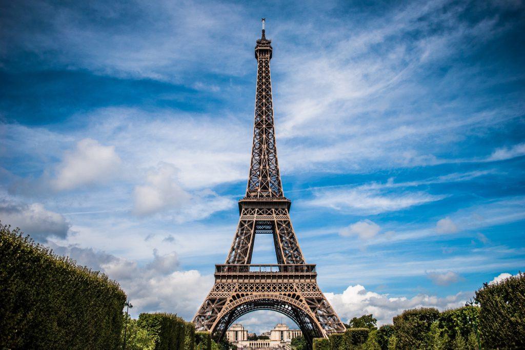 Эйфелева башня Парижа на фоне неба