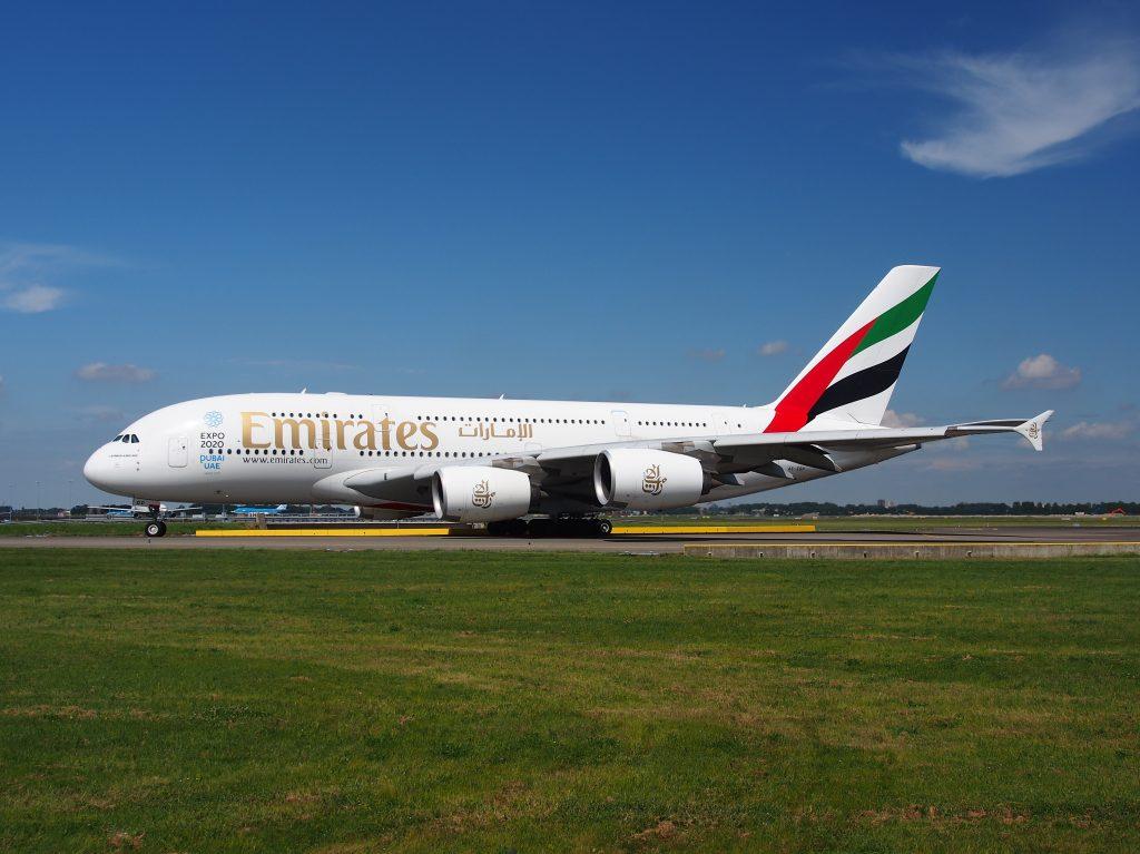 Пассажирский двухэтажный самолет Boeing Emirates