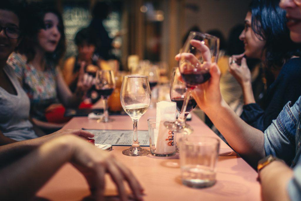 Семья и друзья обедают за столом фото