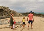 Семья, родители и дети, на пляже фото